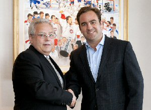Richard Lachance, Cogeco Diffusion Radio Senior Vice President, and  Geoff Molson, Chairman of the Board of Directors and owner of the Montréal Canadiens, after signing the agreement.