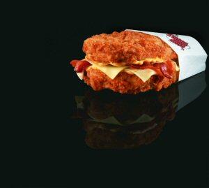 « Coup Double » Photo: Le légendaire sandwich sans pain de PFK, le Coup Double, est de retour dès le 1er juin 2011 pour un temps limité, jusqu'à épuisement des stocks.  Photo gracieuseté de PFK.