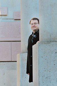 Ales Michalevic, chef du mouvement pro démocratique de Biélorussie et politicien en exil, visite le Monument canadien pour les droits de la personne à Ottawa, le mardi 22 novembre 2011. Michalevic, qui est en tournée canadienne, recevra le prix John-Humphrey de Droits et Démocratie ce soir. Il est le premier européen à recevoir ce prix depuis sa création il y a 20 ans. PHOTO La Presse Canadienne Images/Droits et Démocratie
