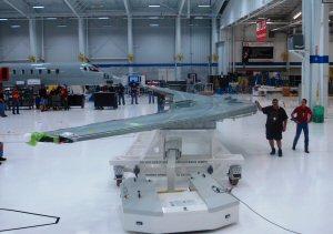 Les premières ailes de biréacteur Learjet 85 pour l'avion d'essai en vol no 1 ont été mises en position par les travailleurs de Bombardier Learjet sur la ligne d'assemblage final de Wichita.
