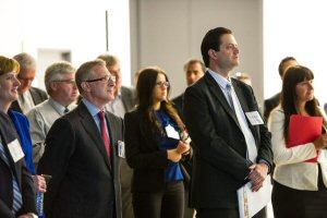 Le président de Cogeco Data Services Tony Ciciretto (premier plan, à gauche) et le maire de Barrie Jeff Lehman (premier plan, à droite), sont entourés des membres de tous les niveaux de gouvernement et les employés de Cogeco, le jeudi 13 juin 2013, lors du lancement du centre de traitement informatique ultra moderne à Barrie, Ontario. (PHOTO La Presse Canadienne Images/Cogeco Services Réseaux)