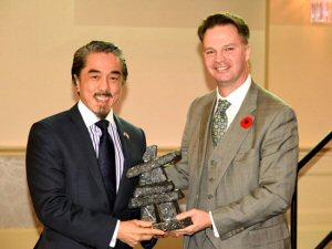 Sandy Chim (à g.) Président du Conseil de Labec Century Iron Ore Inc. et PDG des Mines de fer Century reçoit le Prix d'explorateur de l'année 2014 de George Ogilvie (à d.), Président de l'ICM - Terre-Neuve.