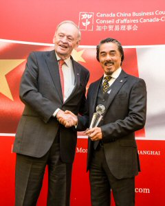 The Rt Hon. Jean Chrétien (L) congratulates Sandy Chim (R), President and CEO of Century Iron Mines Corporation, on receiving the 2014 Gold Business Excellence Award for Chinese Investment in Canada from the Canada China Business Council.
