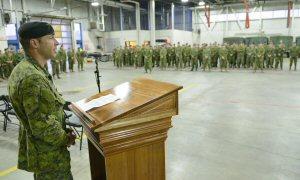 Le lieutenant-colonel Tim Arsenault s'adresse aux militaires qui composeront la FOI-U lors de la courte cérémonie de confirmation de la capacité opérationnelle au 3e Bataillon, Royal 22e Régiment.