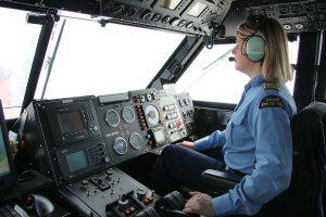 Le commandant de l'aéroglisseur NGCC Mamilossa en opération de déglaçage (Crédit Photo : Pêches et Océans Canada  M. Plamondon )