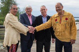 Les responsables de l'Aboriginal Equity Partners David MaPhee (à gauche), Elmer Ghostkeeper (2e à gauche), et Bruce Dumont (extrême droite) en compagnie du président de Northern Gateway John Carruthers (2e à droite) à Vancouver, le mardi 3 mai 2016, à la suite de la signature conjointe de la demande de prolongation de la disposition de temporisation du projet présentée par Northern Gateway à l'Office national de l'énergie.   PHOTO La Presse Canadienne Images/Northern Gateway et l'Aboriginal Equity Partners