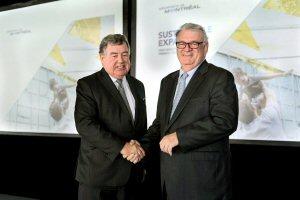 Normand Legault, président du Conseil (à droite), et James Cherry, président-directeur général, Aéroports de Montréal, se serrant la main, le jeudi 5 mai 2016 à Montréal, lors de l'assemblée annuelle générale.  PHOTO MARKETWIRED/Aéroports de Montréal