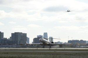 Le Global 7000 de Bombardier entame son premier vol à Toronto, suivi par l'avion d'escorte.