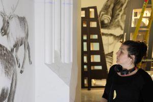 Nancy Saunders examine une partie de son oeuvre d'anamorphose dans la Galerie de l'Arctique Canada Goose. Graham Larose © Musée canadien de la nature.