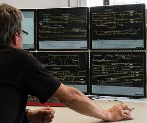 Ein Mitarbeiter kontrolliert den Zugverkehr mit moderner Technik von Bombardier.
