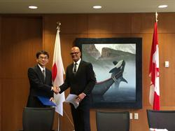 The CFIA's Daniel Miller (right), Executive Director of the Food Import Export and Consumer Protection Directorate, exchanges letters with Japanese representative Hiroshi Aimoto recognizing the Japan - Canada Organic Equivalency Arrangement.
